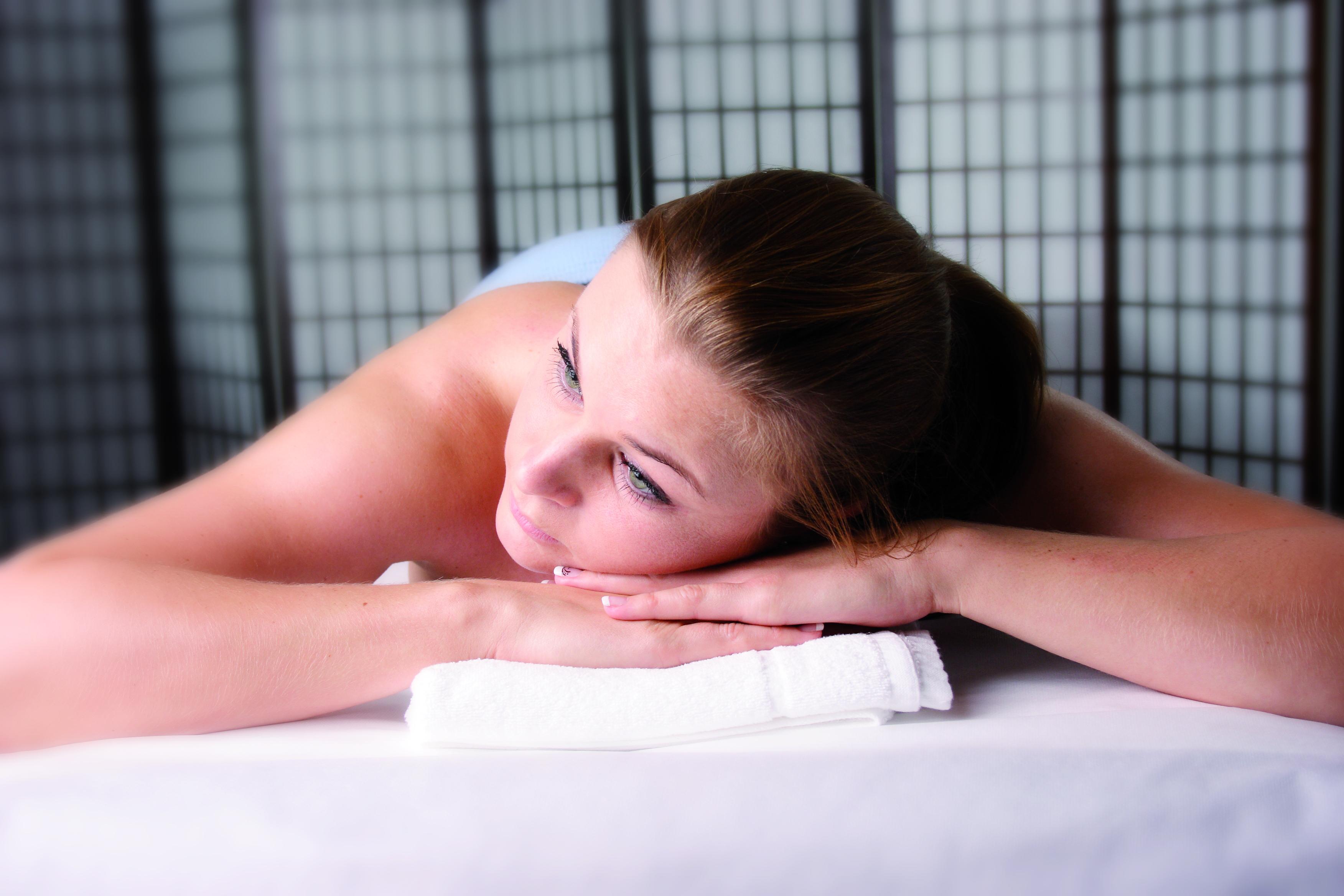 Entspannung auf einer Massageliege